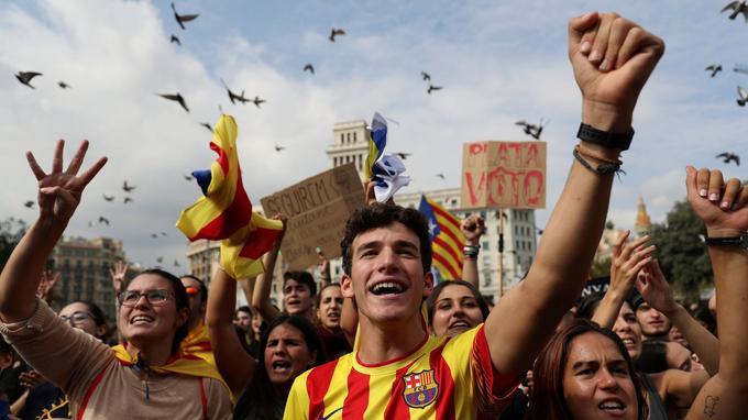 Dans la rue, plus de 15.000 personnes ont manifesté lundi à Barcelone et dans d'autres villes pour dénoncer ces violences.