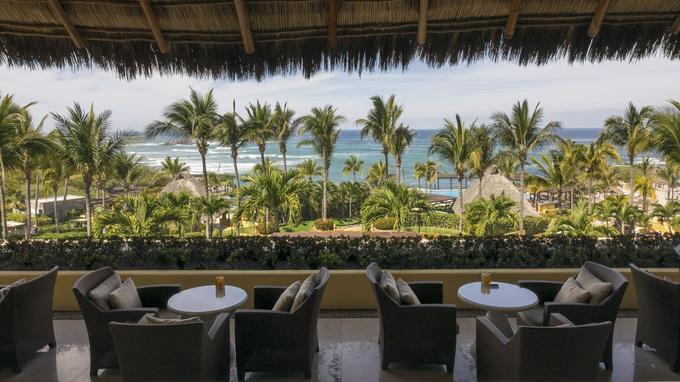 Vue sur le Pacifique depuis la terrasse de l'hôtel Four Seasons à Punta Mita, un site réputé pour ses plages de rêve.