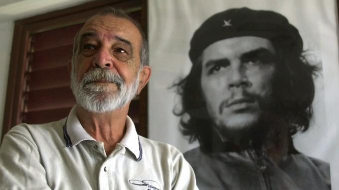 Le photographe Alberto Korda pose devant le portrait qu'il a réalisé de Che Guevara, le 8 août 2000, à 71 ans.
