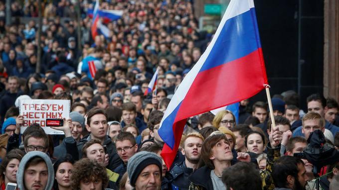 Les manifestants exigeaient la libération du leader de l'opposition Alexeï Navalny, actuellement en prison et la démission de Vladimir Poutine qui fêtait le même jour ses soixante-cinq ans.