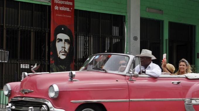 Une voiture de tourisme à la Havane passe devant une affiche à l'effigie du Che en juin 2017.