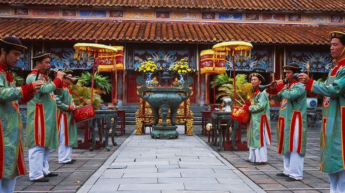 Cérémonie traditionnelle dans la cour du temple Thê, dédié au culte des ancêtres de la dynastie Nguyen, au cœur de la cité impériale de Hué. C'est ici que le mandarin est tué dans «Indochine».