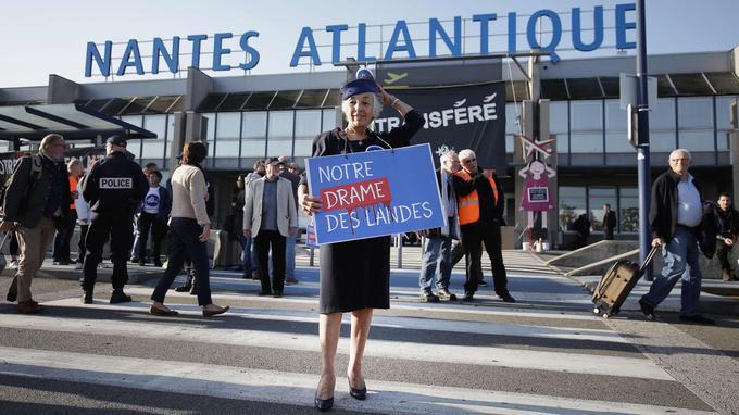 Une supportrice du projet de Notre-Dame-des-Landes manifeste devant l'aéroport Nantes-Atlantique.