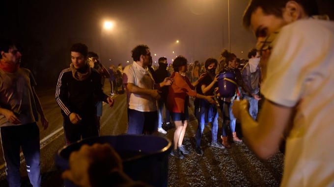 Les civils viennent en aide aux pompiers pour lutter contre les incendies. <i>Crédits Photo: MIGUEL RIOPA/AFP</i>