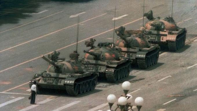 La célèbre photo de l'homme arrêtant la colonne de chars en 1989, place Tian'Anmen. <i>Crédits Photo: JEFF WIDENER/AP</i>