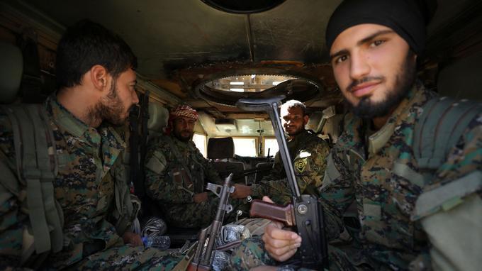 Des combattants des FDS dans les rues de Raqqa.