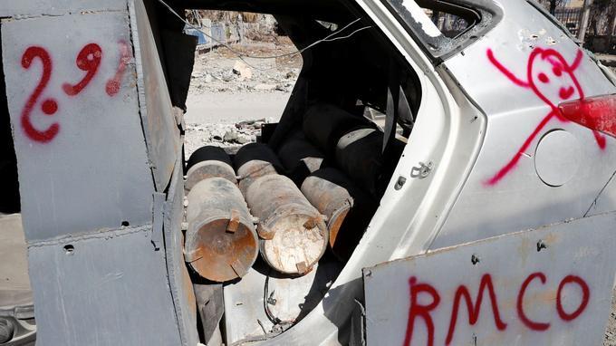 Ce véhicule piégé par des membres de l'Etat islamique a été marqué par une équipe de démineurs.