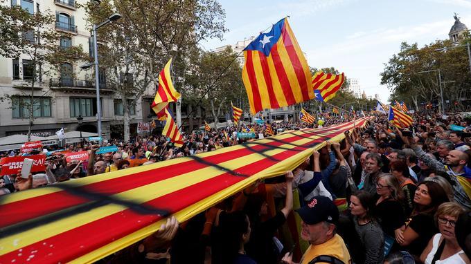 L'enclenchement de l'article 155 constitue le dernier épisode d'une crise sans précédent pour l'Espagne.
