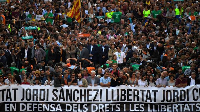 Cette manifestation a été organisée à l'origine pour réclamer la libération de deux leaders indépendantistes arrêtés au cours de la semaine, Jordi Cuixart et Jordi Sanchez.