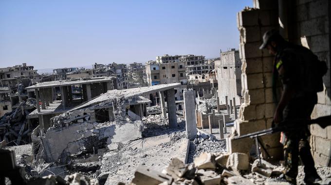 Un soldat des Forces démocratiques syriennes dans l'un des bâtiments éclatés de Raqqa, le 20 octobre.