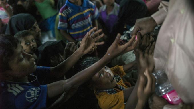 De jeunes Rohingyas, affamés, tentent d'attraper des bonbons distribués par les ONG, en octobre 2017.