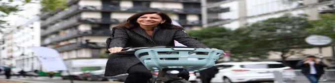 Anne Hidalgo teste le nouveau vélib', mercredi 25 octobre.