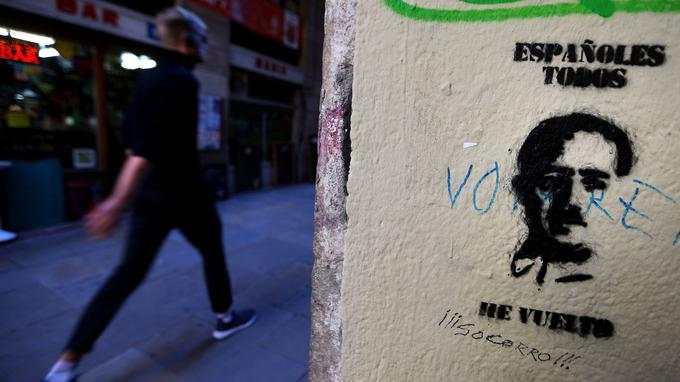 «À tous les Espagnols, il est revenu», peut-on lire sur ce graffiti photographié à Barcelone le 24 octobre et montrant le visage de Franco.
