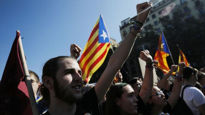 Des milliers d'étudiants étaient rassemblés jeudi dans les rues de Barcelone pour soutenir la proclamation d'une république indépendante et protester contre la mise sous tutelle de la Catalogne prévue par Madrid.