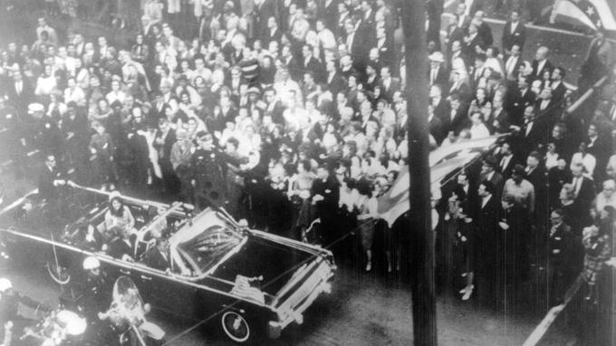 Le convoi de John Fitzgerald Kennedy, juste avant son assassinat le 22 novembre 1963.