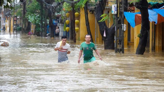 Dans la ville d'Hoi An, les rues sont inondées. Au total, plus de 30000 personnes ont été évacuées dans tout le Vietnam.