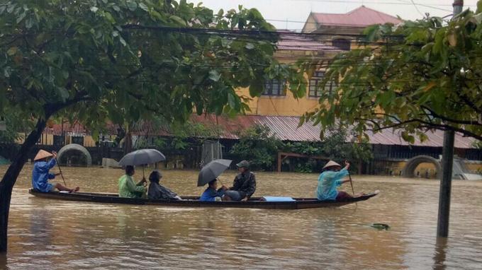 La ville de Hue est sous les eaux après le passage du typhon Damrey dans le centre du Vietnam.