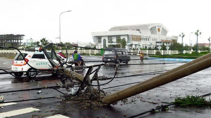 Le typhon Damrey a atteint les côtes avec des vents allant jusqu'à 90km/h. Ici à Tuy Hoa, dans la province de Phu Yen, un poteau électrique s'est effondré.