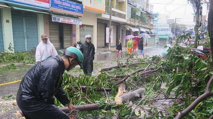 À Nha Trang, le vent était si violent que des arbres se sont effondrés en pleine rue.