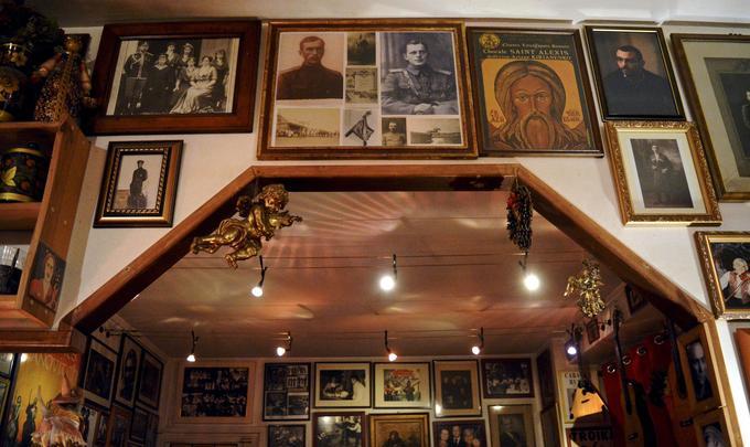 Au Zakouski, icônes, portraits du tsar et photos de musiciens tziganes se côtoient.