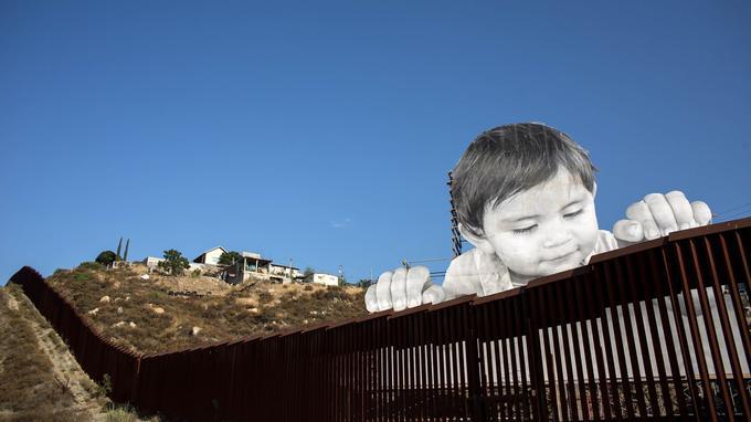 Récemment, c'est un simple visage d'enfant qui a attiré les regards du monde entier sur la frontière entre le Mexique et les États-Unis: un trompe-l'oeil installé par l'artiste JR.