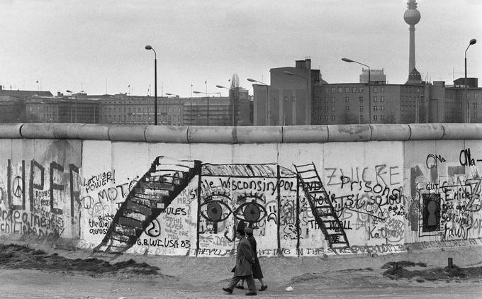 Avant la chute, le Mur était surtout recouvert de graffitis politiques inscrits le plus rapidement possible en déjouant la surveillance, côté Ouest. À l'image de ceux-ci, photographiés à Berlin-Ouest, le 29 avril 1984.