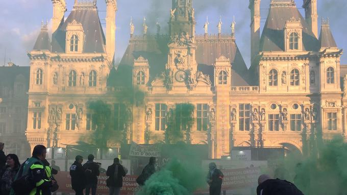 L'arrivée des manifestants devant l'Hôtel de Ville. Crédit photo: P.Z