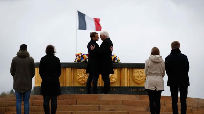 Emmanuel Macron et son homologue allemand, Frank-Walter Steinmeier, se sont donné une accolade lors des inaugurations.