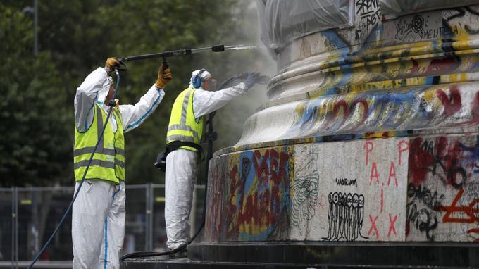 Des employés nettoient le monument de la place de la République, à Paris, le 2 août 2016.