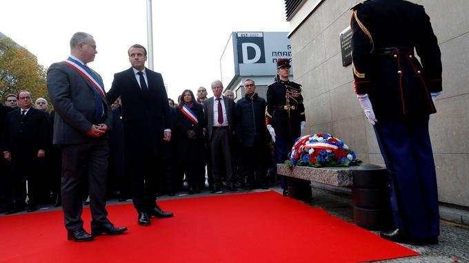 Emmanuel Macron a déposé une gerbe de fleurs devant la plaque commémorative.
