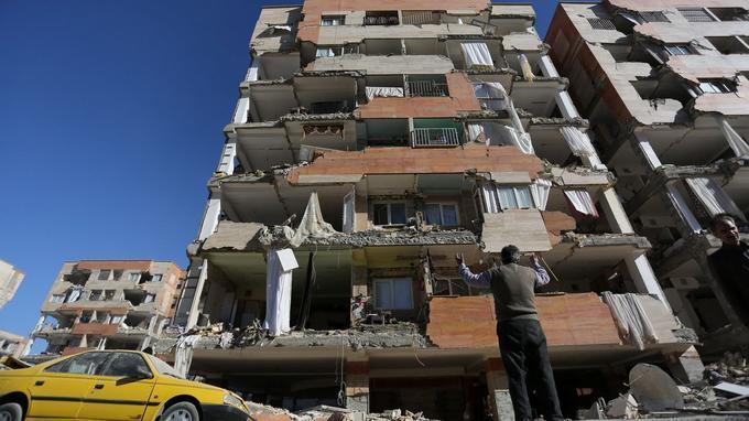 Un homme se lamente devant l'immeuble où il habitait.