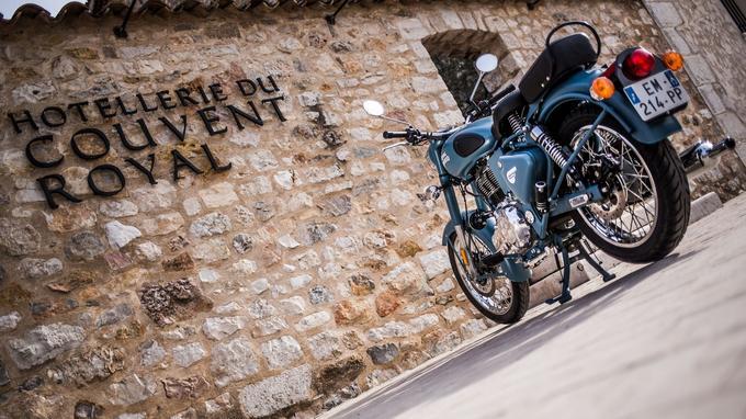 Une moto à l'ancienne avec une mécanique modernisée.