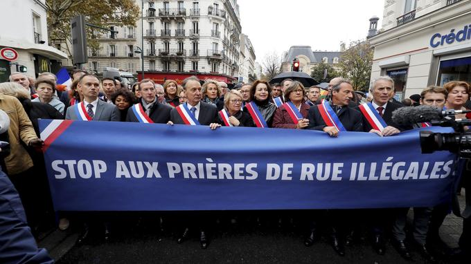 Une soixantaine d'élus en écharpe tricolore ont manifesté contre les prières de rue.