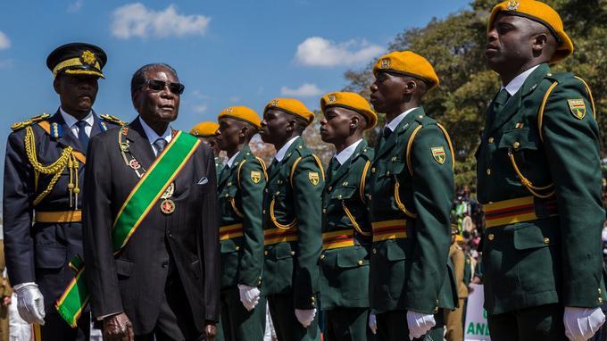 Le président Robert Mugabe passe en revue des soldats, le 14 août dernier.