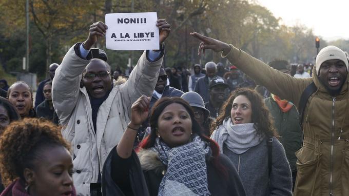 Un millier de personnes se sont rassemblées samedi après-midi à Paris.