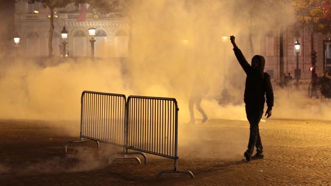 À la fin du rassemblement, la situation a quelque peu dégénéré entre manifestants et policiers.