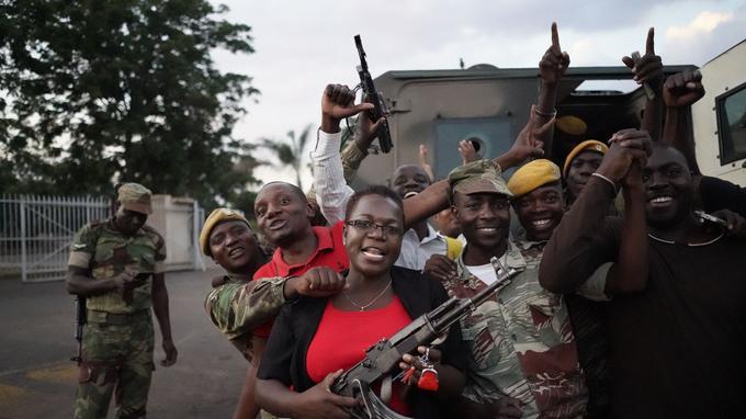 Les militaires ont célébré la démission de leur chef historique.