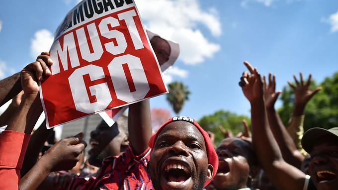 Les manifestants réclamaient depuis plusieurs jours le départ de Mugabe.