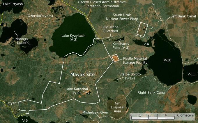 Le tracé blanc indique le complexe nucléaire de Mayak, à l'intérieur duquel se trouve le petit lac Karachaï, également appelé V-9 et indiqué sur cette carte anglophone réalisée à partir d'une photo satellite de la Nasa.