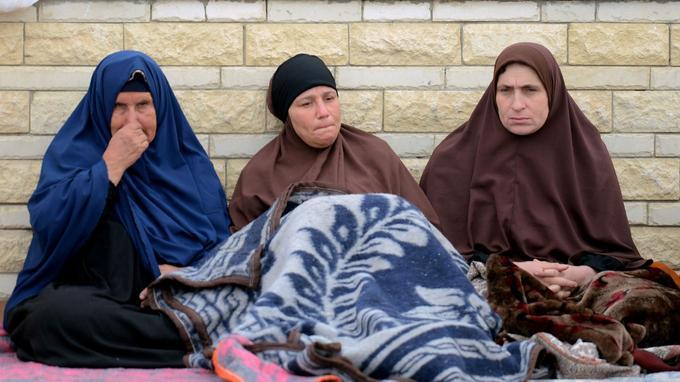 Des proches des victimes de l'attentat, qui frappé la mosquée al-Rawda de Bir al-Abd lors de la prière du vendredi, patientent devant l'hôpital d'Ismaïlia, situé au nord-est de l'Égypte.