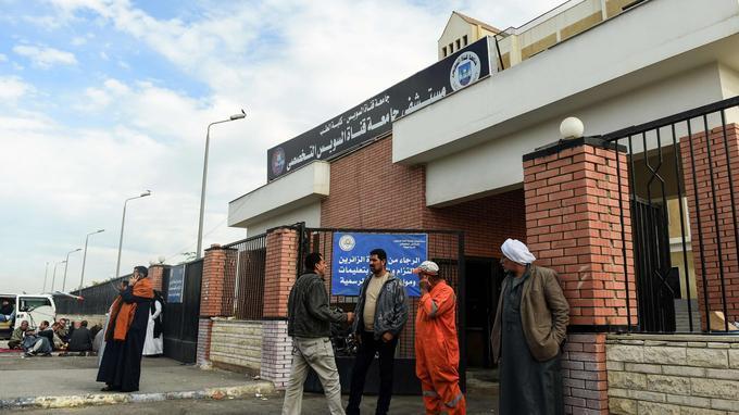 Les blessés sont hospitalisés depuis hier à l'hôpital d'Ismaïla. Ici, l'entrée de l'établissement, devant lequel les proches attendent.