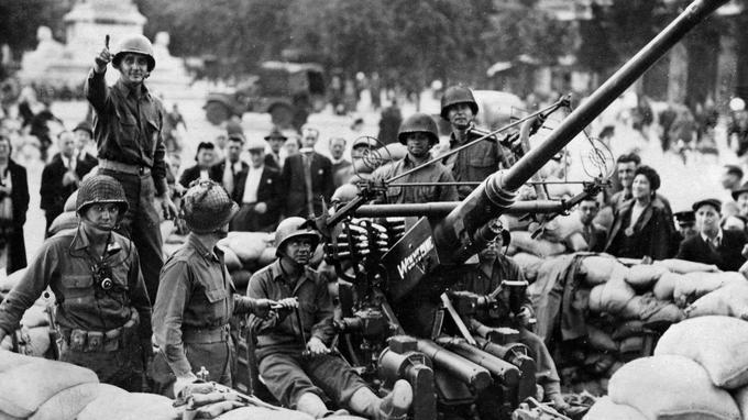 Des soldats de la 2e DB place du Châtelet au moment de la libération de Paris en août 1944.