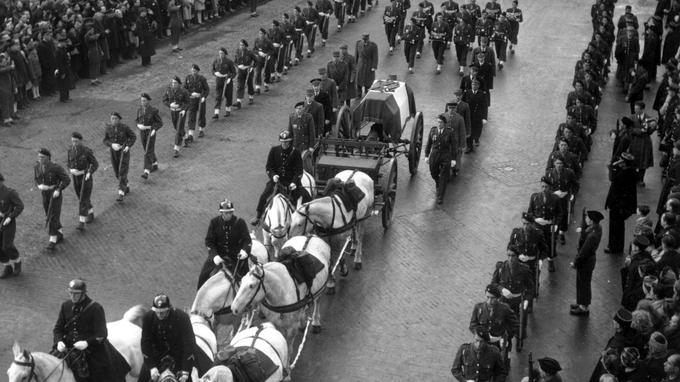 Le 8 décembre 1947, jour de deuil national, se déroulent à Notre-Dame les obsèques du général Leclerc en présence des plus hautes autorités du pays.