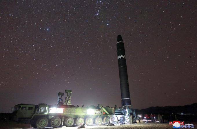Le missile Hwasong-15 tout juste érigé avant son lancement par le camion transporteur érecteur spécial.