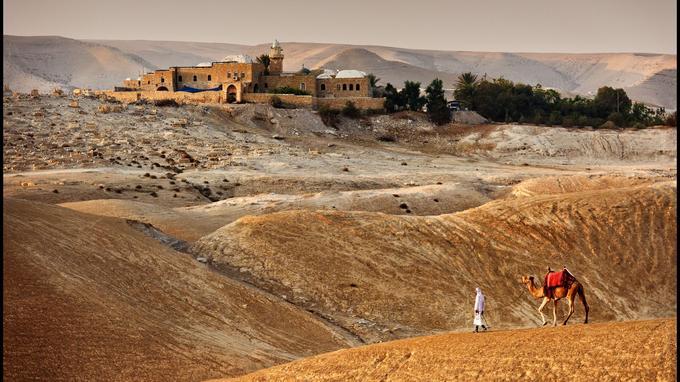 Dans le désert de Judée, le caravansérail et la mosquée de Nabi Musa se situent sur une ancienne route qui reliait Jérusalem à Jéricho. Le tombeau de Moïse s'y trouverait, selon une tradition locale contestée. La tribu bédouine de Jahalin Saker campe à proximité.