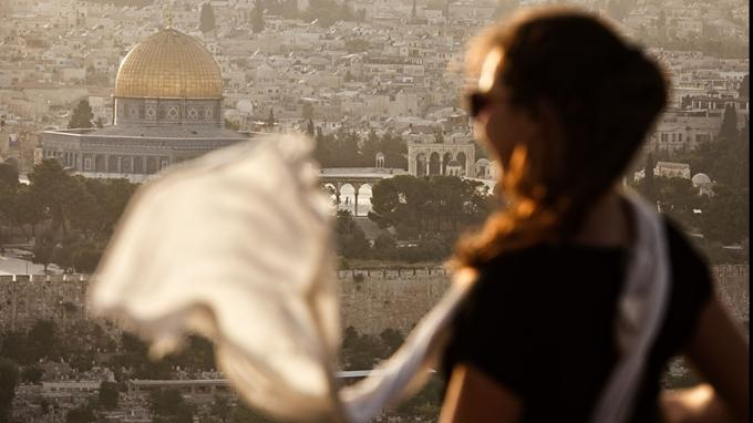 Depuis le mont des Oliviers, à Jérusalem, le dôme du Rocher et l'esplanade des Mosquées surgissent derrière le cimetière juif.
