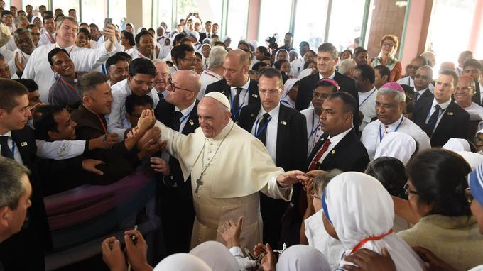 Papa Francesco visita i fedeli della Chiesa del Santo Rosario il 2 dicembre a Dhaka (Bangladesh).