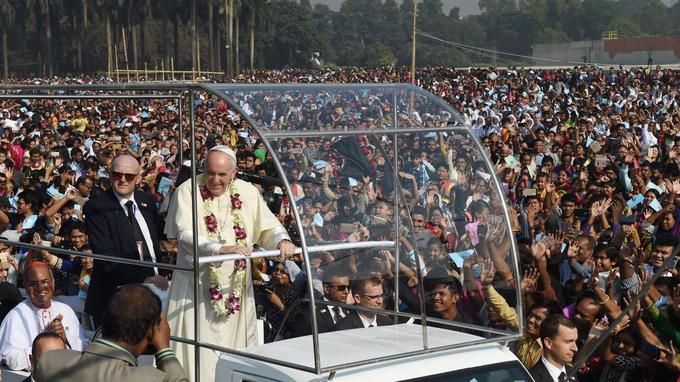 Papa Francesco incontra i fedeli cristiani di Dhaka il 1 ° dicembre 2017.