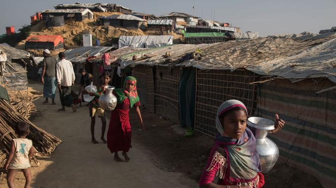 Des enfants rohingyas transportent de l'eau dans une allée du camp de Kutupalong, près de Cox's Bazar, au Bangladesh, le 25 novembre dernier.