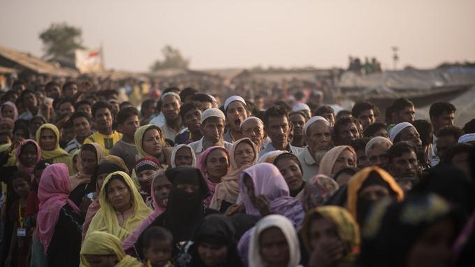 Des réfugiés rohingyas patientent lors d'une distribution de nourriture et d'eau dans le camp de Kutupalong, près de Cox's Bazar, au Bangladesh, le 28 novembre dernier.